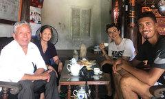 Smalling đến nhà ăn cơm uống rượu với fan lớn tuổi ở Hà Nội