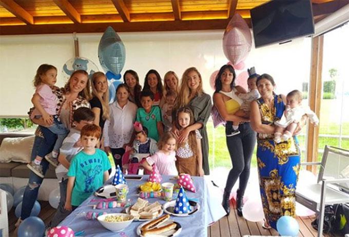 Họ hàng và bạn bè tới chúc mừng sinh nhật Eva, Mateo. Ảnh: NS.