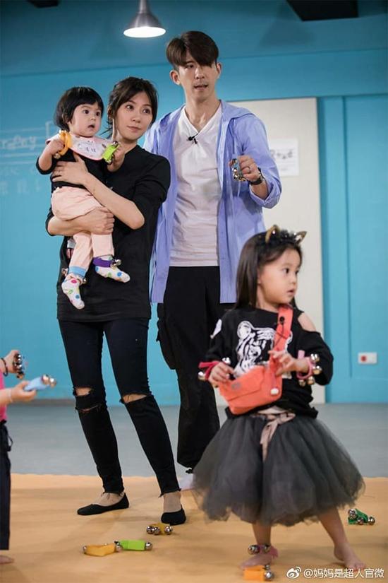 4 thành viên gia đình Giả Tịnh Văn trong Mẹ là siêu nhân. Giả Tịnh Văn là diễn viên Đài Loan, cô được yêu thích qua bộ phim Ỷ thiên đồ long ký, Thái Bình công chúa bí sử... Sau lần hôn nhân đầu với đại gia Tôn Chí Hạo tan vỡ, năm 2015, cô kết hôn với diễn viên Tu Kiệt Khải và lần lượt sinh cho anh hai con gái. Cuộc sống hôn nhân của cặp đôi hiện tại rất hạnh phúc.