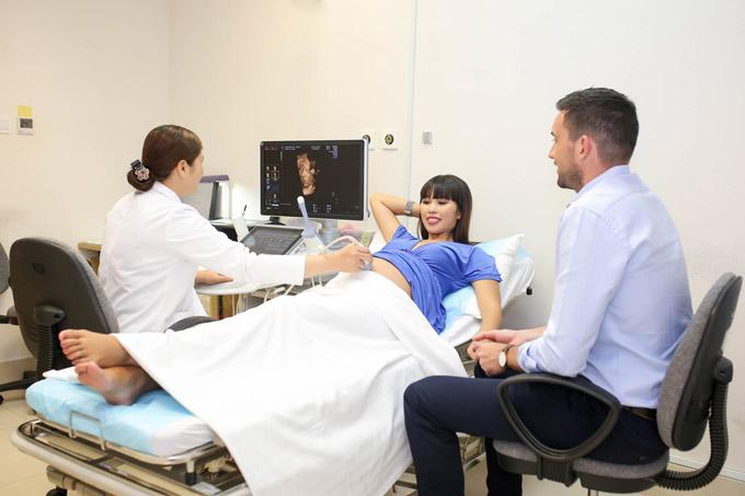 Ông xã Olly luôn đi cùng vợ trong mỗi lần khám thai.