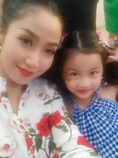 Con gái Linh Đan bám càng mẹ Ốc Thanh Vân đến trường quay. Để cổ vũ các cô chú, bé nhờ mẹ vẽ trái tim kim tuyến lên mặt.