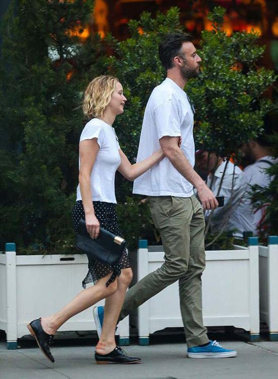 Nữ diễn viên mặc đơn giản, để mặt mộc khi đi chơi với bạn trai.