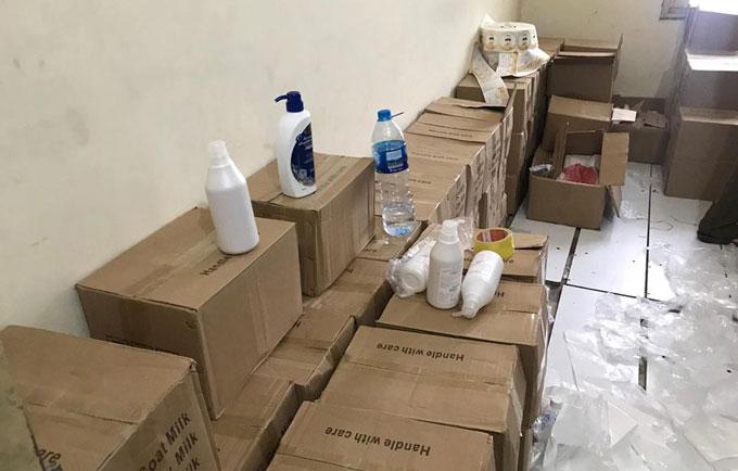 Hàng chục thùng mỹ phẩm giả trong kho bị phát hiện.Ảnh: Tú Sơn