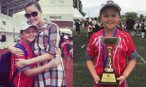 Ngọc Nga tháp tùng con trai sang Thái Lan thi đấu cricket
