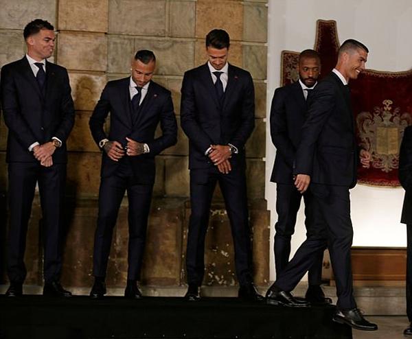 Chiều 6/6, tuyển Bồ Đào Nha có buổi diện kiến Tổng thống Marcelo Rebelo de Sousa tại Bảo tàng HLV quốc gia, đặt ở thủ đô Lisbon trước khi lên đường dự World Cup 2018 tại Nga. C. Ronaldo và các đồng đội diện đồng phục vest, sơ mi trắng và đeo cà vạt.