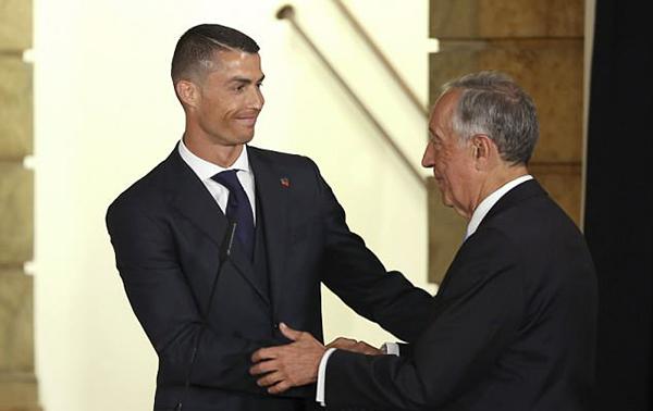 C. Ronaldo bắt tay ngài Tổng thống Marcelo Rebelo de Sousa. ÔngSousa chúc tuyển Bồ Đào Nha thi đấu tốt, mang về vinh quang tại ngày hội bóng đá lớn nhất hành tinh sắp tới.