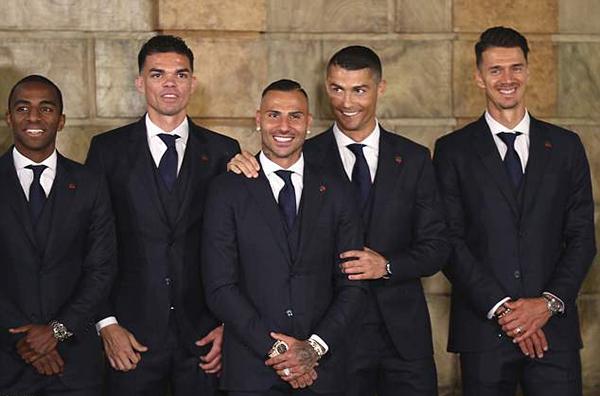 C. Ronaldo và các đồng đội cười rạng rỡ trước khi xuất quân tới Nga.Ở World Cup lần này, Bồ Đào Nha nằm ở bảng B cùng Tây Ban Nha, Marốc và Iran. Cơ hội vượt qua vòng bảng của nhà đương kim vô địch châu Âu là khá lớn.