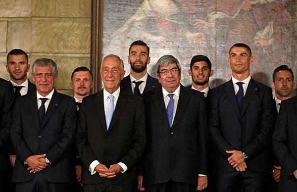 C. Ronaldo và các đồng độichụp ảnh lưu niệm cùng Tổng Thống cùng các quan chức Bồ Đào Nha. Tuyển Bồ Đào Nha chỉ còn một trận giao hữu với Algieria vàorạng sáng 8/6 (giờ Việt Nam) trước khi bước vào thi đấu vòng bảng World Cup 2018.