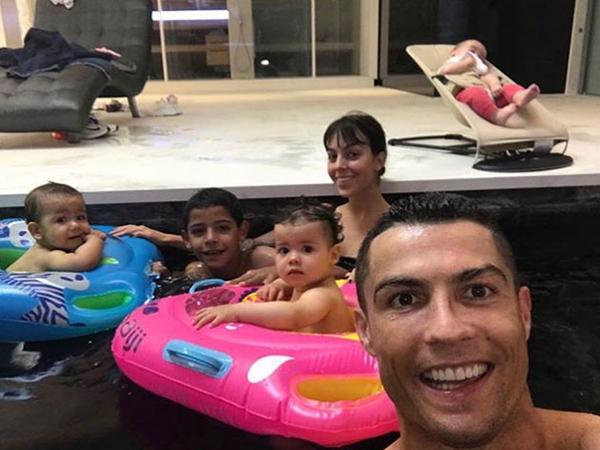 Do bận tập trung tuyển Bồ Đào Nha, C. Ronaldo không thể tổ chức tiệc sinh nhật một tuổi cho cặp con sinh đôiEva và Mateo. Anh đăng ảnh lên Instagram cá nhân để gửi lời chúc tới hai con. C. Ronaldo hiện là chân sút số một của đội tuyển Bồ Đào Nha với 81 bàn thắng sau 149 trận. Tuy nhiên, anhmới chỉ có ba bàn thắng cho tuyển Bồ Đào Nha sau ba kỳ dự World Cup 2006, 2010 và 2014.