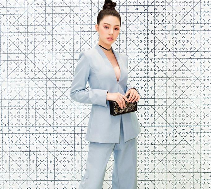 Bên cạnh sử dụng suit có tông màu và họa tiết kích thích thị giác, sao Việt chọn phong cách gợi cảm để tạo nên sức hút. Jolie Nguyễn sexy với vest xẻ ngực sâu.