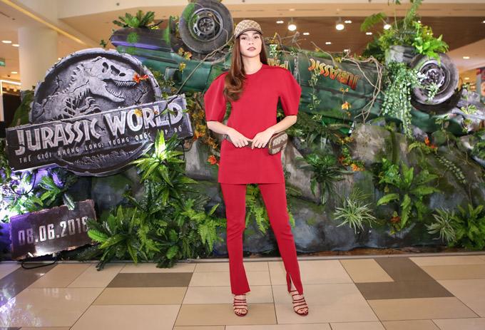Tối 7/6, Hồ Ngọc Hà diện trang phục đỏ rực đi xem bom tấn Jurassic World: Fallen Kingdom (Thế giới khủng long: Vương quốc sụp đổ). Đây là lần hiếm hoi cô có mặt ở một sự kiện điện ảnh.