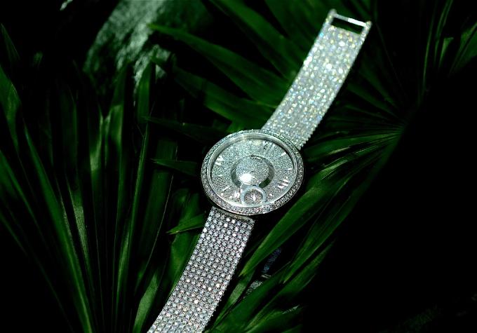 Đồng hồ Limelight Dancing Light bằng vàng trắng 18K, đính 09 viên kim cương brilliant (20.17ct). Máy 56P quartz sản xuất bởi Piaget Manufacture. Dây vàng trắng 18K đính kim cương với khóa bấm.