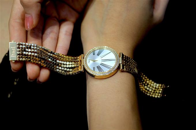 Đồng hồ bằng vàng hồng 18k đính 608 viên kim cương kiểu brilliant (19.03 ct). Máy 56P sản xuất bởi Piaget Manufacture. Dây vàng hồng 18K đính kim cương với khóa bấm đính kèm.