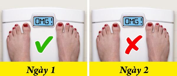 Liên tục kiểm tra cân nặng Việc ăn kiêng, tập luyện không chỉ có hiệu quả trong ngày một ngày hai. Bạn không thể giảm cân chỉ sau một ngày ăn kiêng. Do đó, không nên kiểm tra cân nặng quá thường xuyên, nó sẽ khiến bạn nhụt chí khi thấy cân nặng không thay đổi. Hãy kiểm tra thể trạng sau mỗi một tuần ăn kiêng và tập luyện.