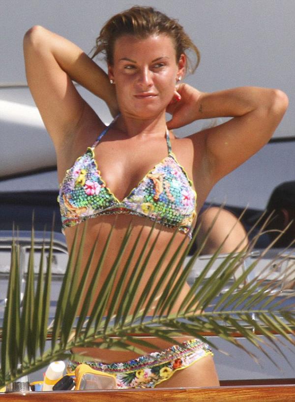 Cooleen diện bộ bikini sặc sỡ trong kỳ nghỉ ở Ibiza năm 2011. Trong năm này, cô còn có 5 chuyến đi chơi khác với tổng chi phí khoảng hơn 260.000 bảng.