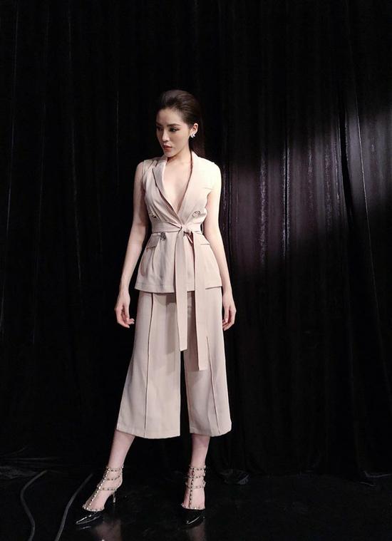 Kỳ Duyên gợi cảm và cá tính cùng mốt diện áo vạt quấn cùng quần culottes.