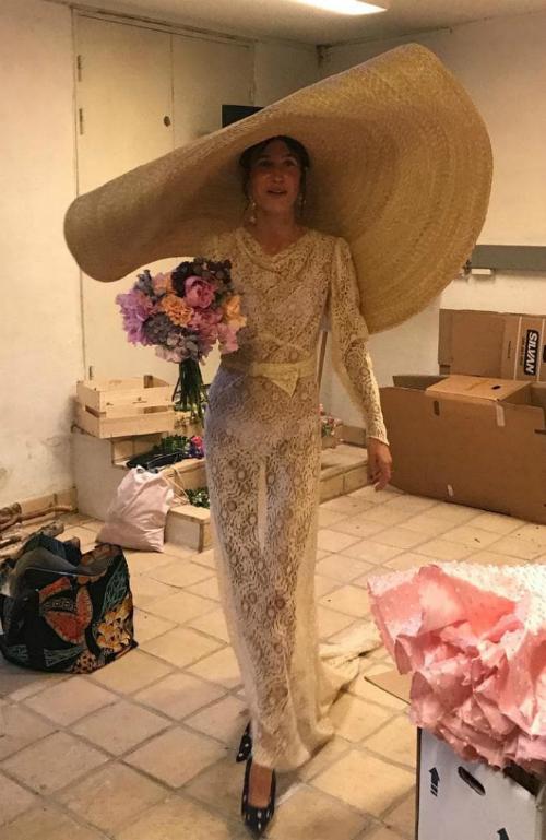 Ngay sau đám cưới, Emma tiếp tục trình diễn một show thời trang của thương hiệu My Fair Lady.