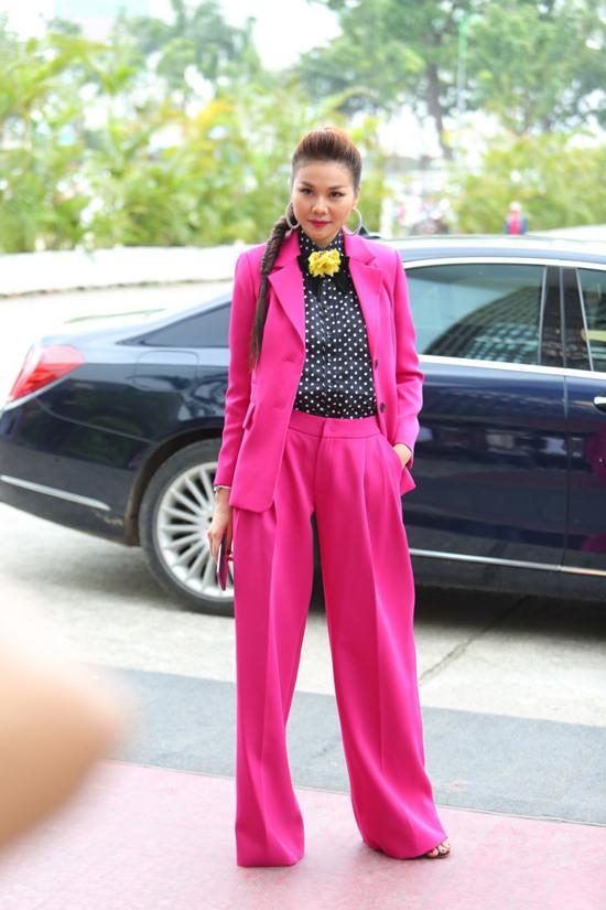Giữa mùa hè 2018, suit sắc màu nổi bật trở thành xu hướng thịnh hành. Siêu mẫu Thanh Hằng giúp mình nổi bật với trang phục vest, quần suông ống rộng tông hồng cánh sen.