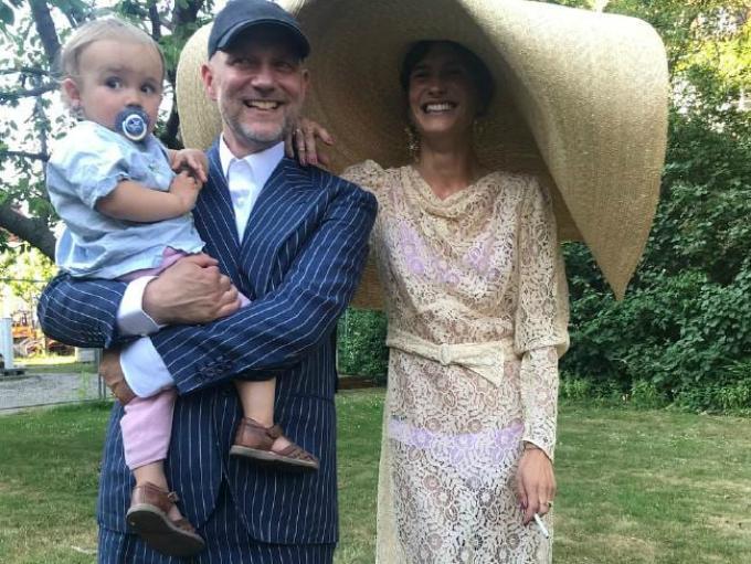 Trong hôn lễ với nghệ sĩ Beau Tal Rosenzweig ở Paris, nữ diễn viên kiêm người mẫu Đan Mạch Emma Leth đã gây choáng ngợp với tất cả khách khứa bằng chiếc mũ che nắng khổng lồ thay thế voan cưới truyền thống.