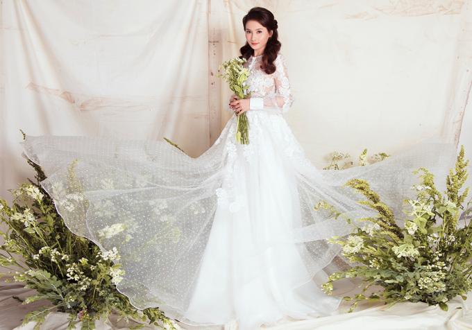 Bộ đầm trắng tinh khôi được phủ lớp voan mềm mại, biến người mặc thành nàng công chúa trong thế giới cổ tích mộng mơ.