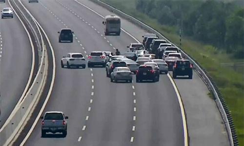 Hàng chục tài xế dừng xe chụp ảnh cưới trên cao tốc bị cảnh sát triệu tập