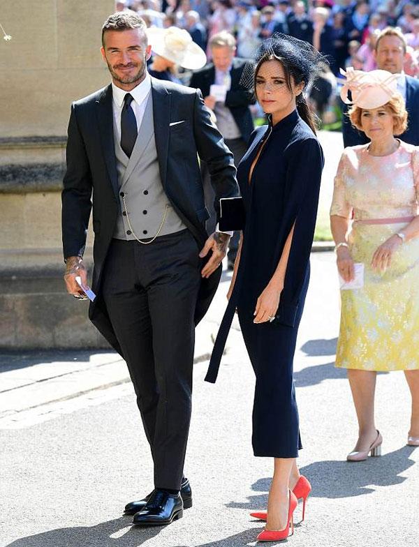 Toàn bộ trang phục của cặp đôi được bán. Ảnh: NS.
