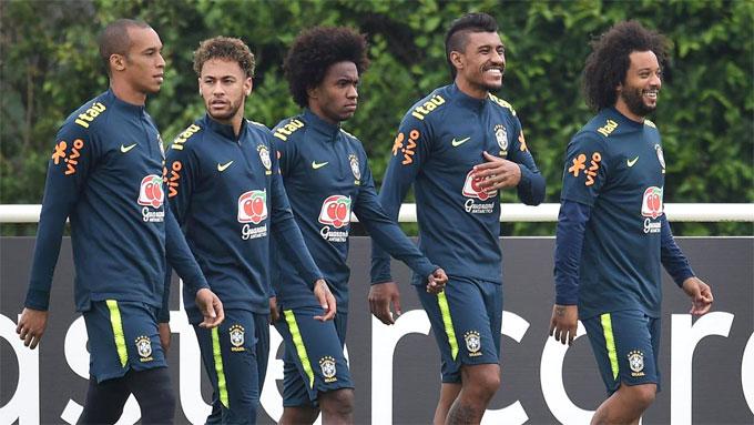 Neymar và các đồng đội trong buổi tập chuẩn bị cho World Cup 2018 ở Anh. Ảnh: NS.