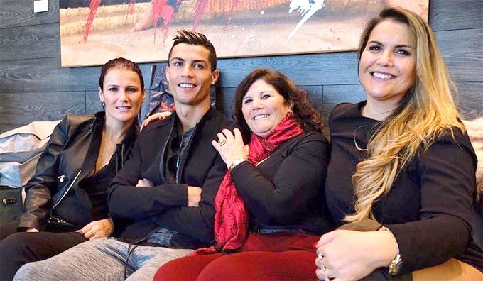 C. Ronaldo bên mẹ và hai chị gái. Ảnh: NS.