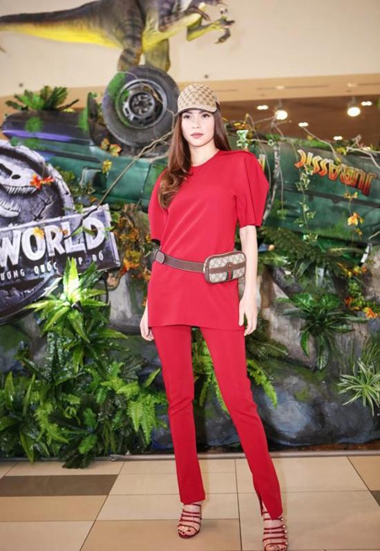Hồ Ngọc Hà chọn mũ lưỡi trai và belt bag của Gucci để tạo điểm nhấn khi diện nguyên cây đỏ.