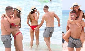 Cựu hoa hậu Anh và chồng sắp cưới liên tục ôm hôn, âu yếm trên bãi biển