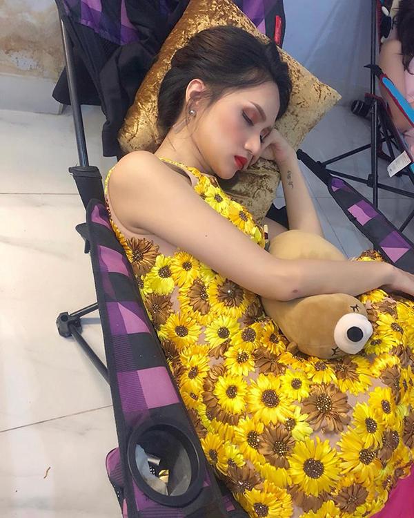 Hương Giang Idol ngủ quên ngon lành trong cánh gà một chương trình.
