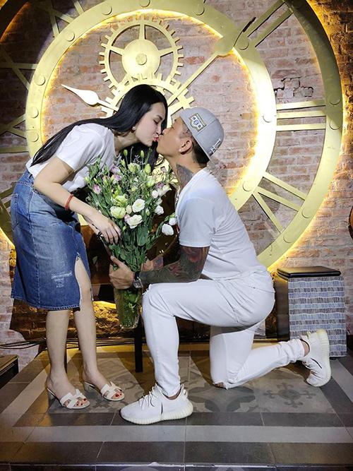 Tuấn Hưng quỳ gối tặng hoa và dành cho bà xã một nụ hôn ngọt ngào.