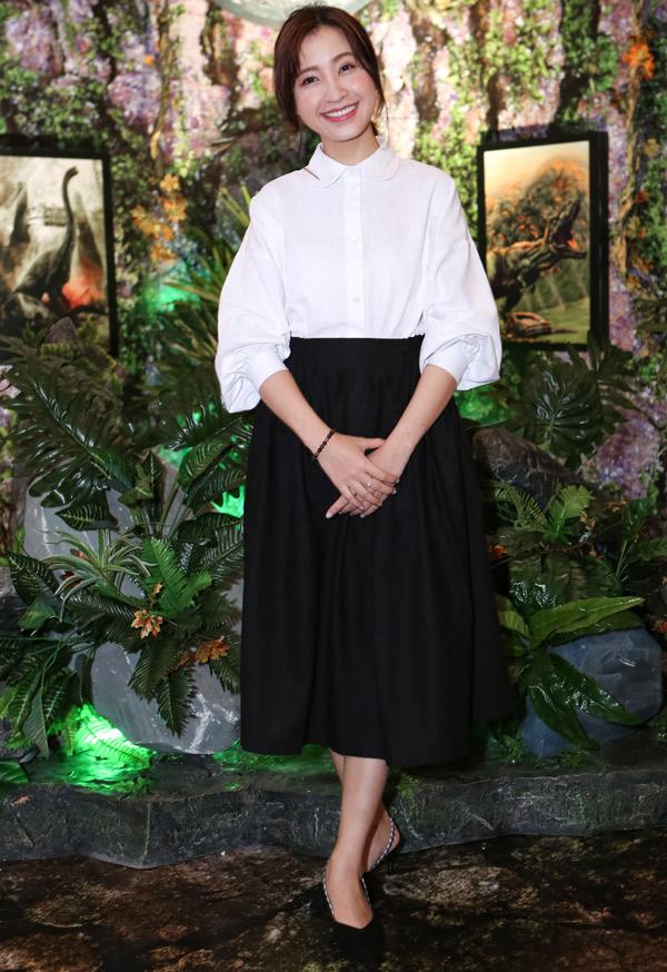 VJ Kim Nhã dịu dàng với váy áo đen trắng, kiểu dáng cổ điển.