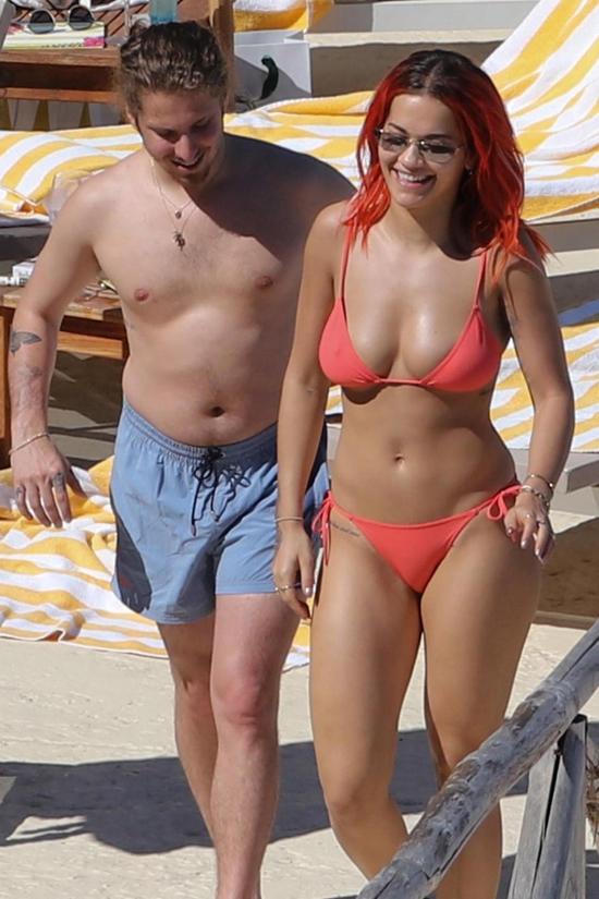 Rita Ora mỉm cười hạnh phúc khi dạo chơi trên bãi biển cùng bạn trai, rocker Andrew Watt. Cặp sao đã hẹn hò khoảng một năm nay.