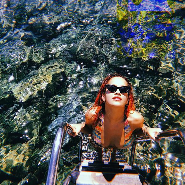 Người đẹp phim 50 sắc thái khoe hình thể trên bãi biển Tuscany, Italy.