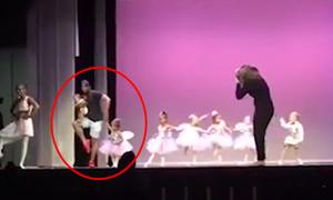 Con gái òa khóc trên sân khấu, bố bế em lên múa cùng