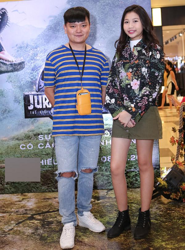 Diễn viên Trịnh Tú Trung đi xem phim cùng một cô gái tuổi teen.
