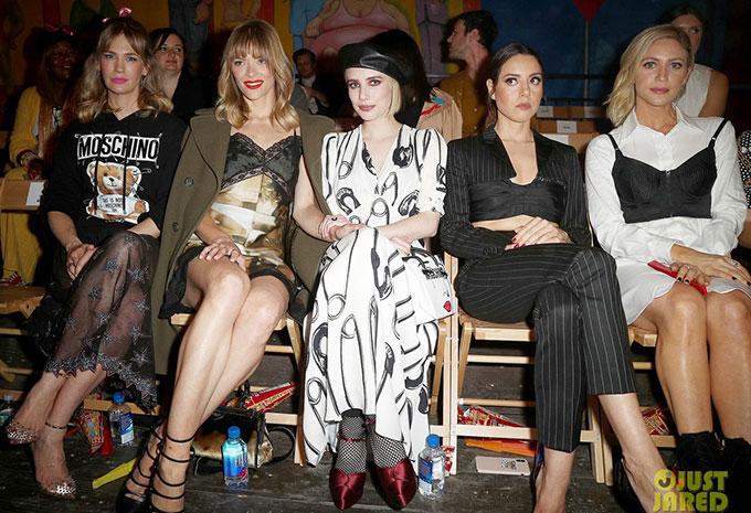 Nữ diễn viên Emma Roberts (ngồi giữa) và các nghệ sĩ tới xem show của Moschino.