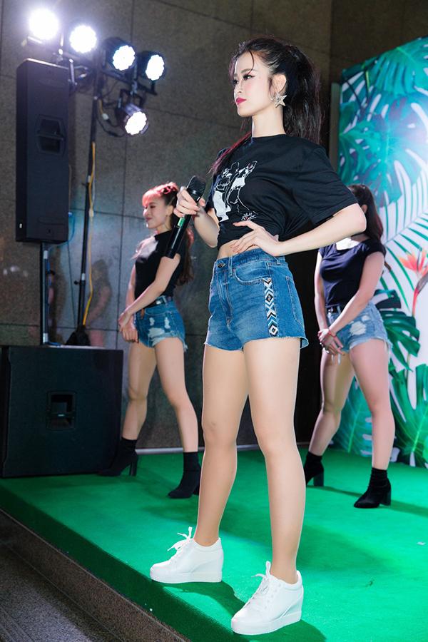 Đông Nhi mặc bralette đi diễn ở sự kiện - 9