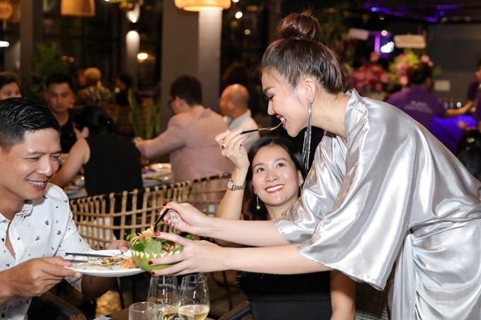 Quán của siêu mẫu chuyên bán các món ăn kiểu Thái. Cô tự tay phục vụ bạn bè trong ngày khai trương.