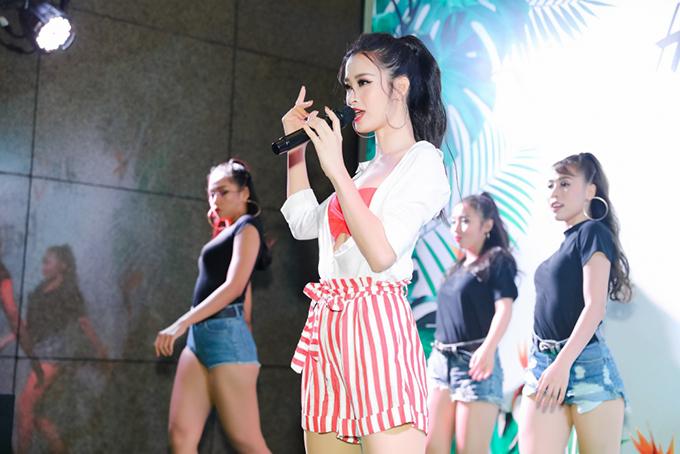 Đông Nhi mặc bralette đi diễn ở sự kiện - 7
