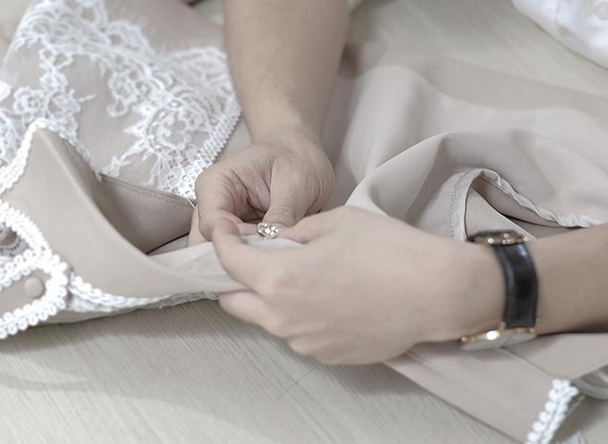 Từng tiểu tiết nhỏ trên váy áo đều được chăm chút một cách kỹ lưỡng để mang tới sản phẩm hoàn hảo nhất có thể.