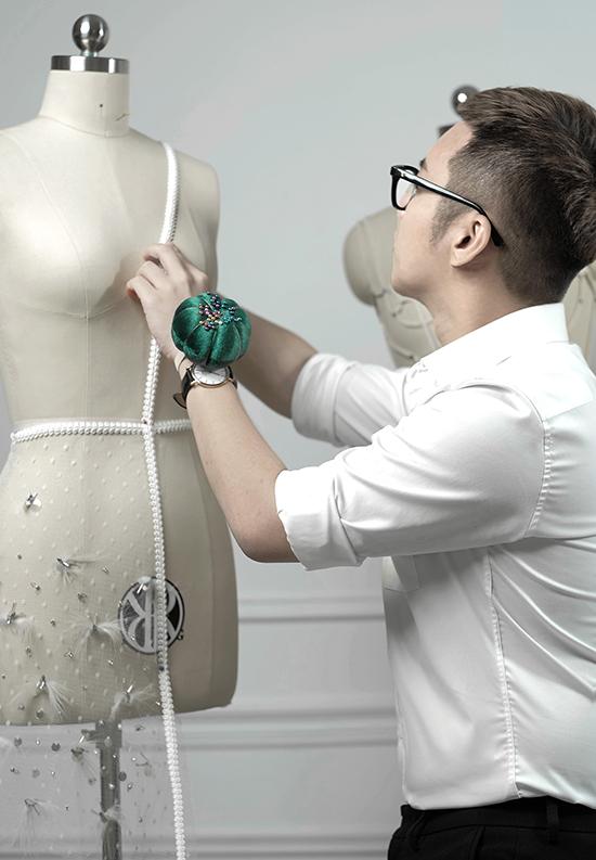 Chung Thanh Phong chia sẻ, nhiều mẫu thiết kế trong bộ sưu tập lần này phải mất hàng trăm giờ để hoàn chỉnh.