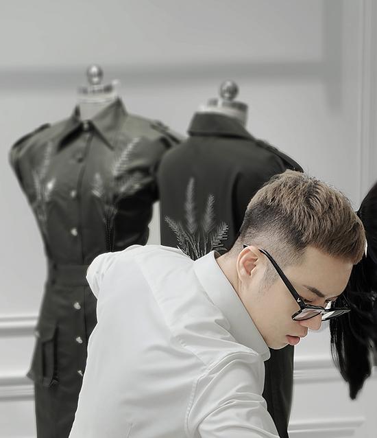 Đi đôi với phần trang trí hoa văn, nhà mốt Việt còn chú trọng phần tạo phom dáng thoải mái, mang tính ứng dụng cao và phù hợp thời trang hè thu.