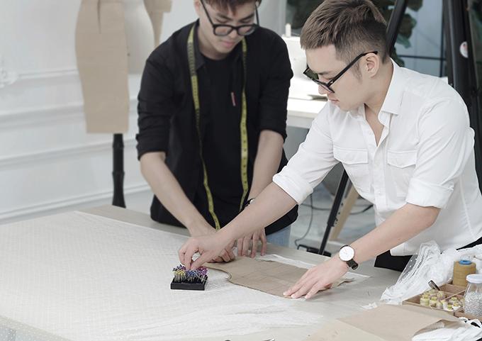 Chung Thanh Phong dành nhiều thời gian để tìm tòi và thể hiện những ý tưởng mới mẻ về cách tạo hoạ tiết trên trang phục trong bộ sưu tập mới.