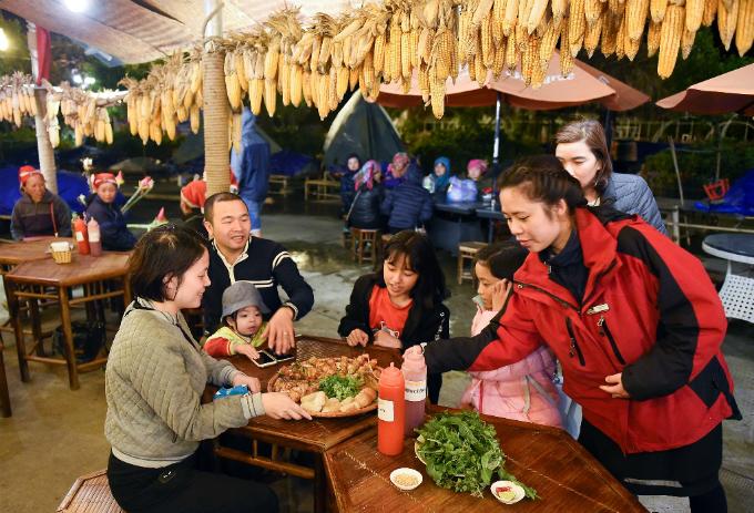 Đêm xuống, Fansipan lạnh tựa đầu mùa đông. Nhiều gia đình và nhóm bạn ngồi bên quán nhỏ dưới chân núi, tận hưởng những mẹt lợn bản nướng thơm lừng.