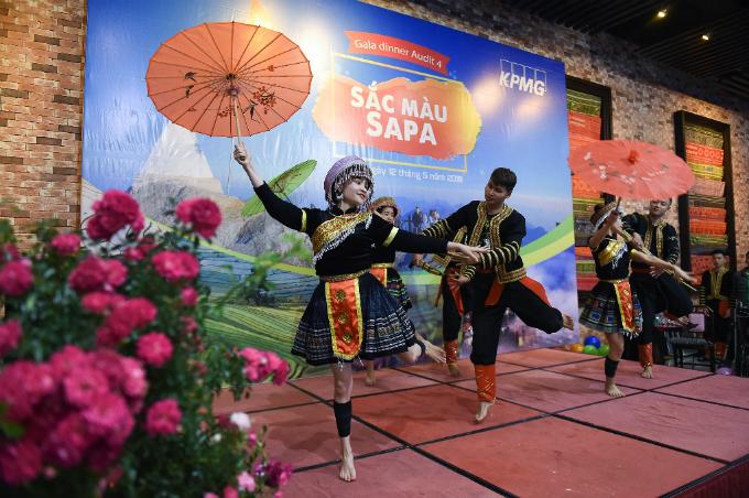 Đêm Sun World Fansipan Legend còn vui rộn rã, bởi những tiếng khèn điệu múa rộn ràng nơi nhà hàng Hải Cảng trong khu vực Ga đi cáp treo.
