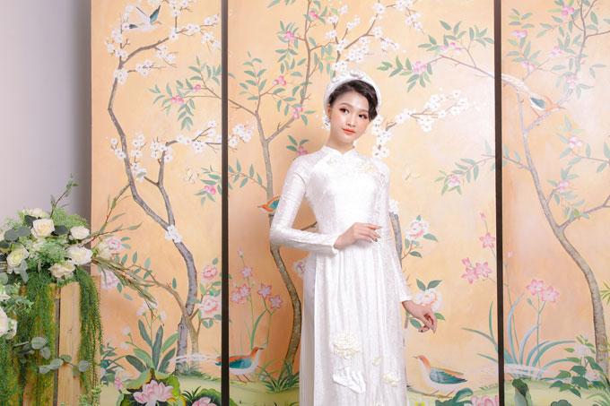 Phần tay và cổ áo cũng được tiết chế theo hướng gọn gàng nhằm đem lại cảm giác thoải mái và phù hợp cho cô dâu phải di chuyển nhiều.