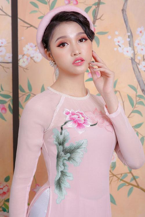 Mẫu áo màu hồng phất đính hạt ngọc trai nhỏ theo xu hướng jewelneckiline thường thấy ở những bộ trang phục sang trọng, trang phục dự tiệc.