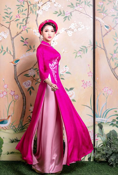 Nếu yêu thích những thiết kế áo dài lấy cảm hứng từ loài hoa tháng 6, cô dâu không thể bỏ qua sắc hồng sen tươi tắn, nổi bật. Tuy nhiên, màu sắc này sẽ hoàn hảo với một người có nước da trắng, sáng.